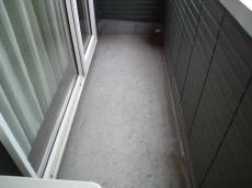 ベランダ床も劣化し、防水性能が弱まっていました。