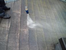 高圧洗浄で藻やカビなど汚れを洗い流します。