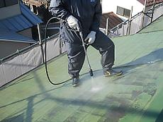 高圧洗浄で汚れを落とします。