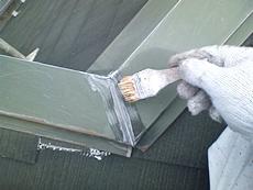 棟板板金部分のつなぎ目を補修した後、サビ止め処理を行います。