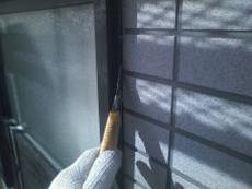 窓まわりのコーキング材を撤去し全面打ち替えます。