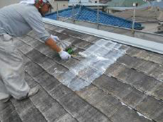 浸透させて強化する下塗り材をたっぷり塗っております。