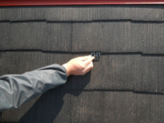 屋根の通気を良くするための器具、タスペーサーを屋根全体に挿入します。