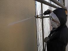 外壁も同様に高圧洗浄を行います。
