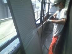 取り外せる雨戸は裏面も洗浄します。大好評です。