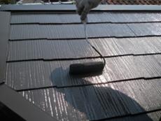 上塗りを行い、屋根を仕上げます。