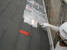 屋根の下塗りは水性エポキシ樹脂の浸透性プライマーを2回塗りました。