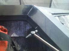 屋根の塗装です。まず釘がゆるい箇所は抜いて打ち直しします。