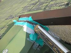 屋根棟板部分の補修の様子です。