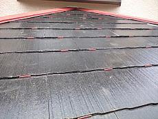 屋根裏の通気や水はけを良くするための器具、タスペーサーを挿入します。