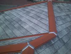 鉄板部分は屋根用のサビ止めをして、ジョイント部分は防水シールを厚く打ち直します。