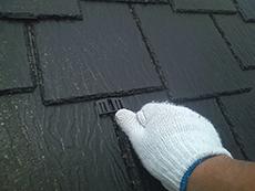 屋根の通気を良くするための器具、タスペーサーを挿入します。