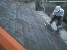 屋根スレート瓦の下塗りは溶剤タイプの浸透性下塗材です。