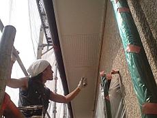 軒裏は湿気が溜まりやすいので、ていねいに塗り替えます。