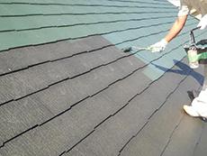 上塗りの1回目です。表面温度が20度くらい下がる遮断熱塗装をしました。