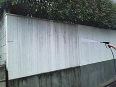 門壁も同様に高圧洗浄し、汚れを落とします。