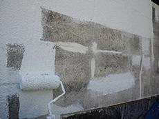 補修を終えたら下塗りを行います。