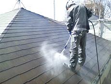 屋根も同様に高圧洗浄を行います。