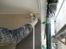 中塗り、上塗りと外壁も屋根同様に塗り重ね、仕上げます。