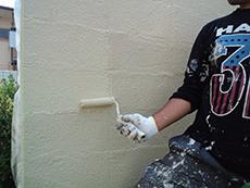 上塗りを行い、外壁を仕上げます。剥がれてしまった箇所はモルタルを塗り補修します。