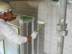 外壁の下塗りです。セメントを主成分としたサイディングなので屋根と同じ系統の浸透させて強化する下塗り材を塗ります。