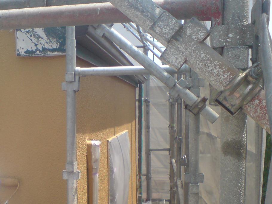 外壁は塗り替えの前にケレン作業で磨き、下地を作ります。