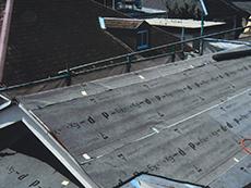 大屋根は今回カバー工法で補修します。防水シートをまず張ります。