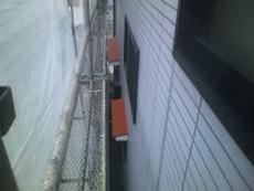 外壁は庇など鉄部のサビ止めを先に塗ります。