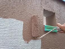 ベランダ外壁はボーダーのデザインなので横向きに塗装します。