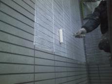 窯業系サイディングなので、下塗りは屋根同様浸透性の下塗り材を使います。