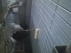 外壁サイディング材の下塗りは2液型の水性エポキシ樹脂塗料で浸透させて下地も強化させます。