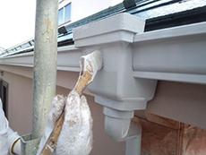 雨樋は油性タイプのシリコン樹脂で保護塗装を施します。
