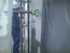 外壁の上塗り1回目です。目地に塗料が溜まらずきれいに塗れる様、縦と横にクロスしながら塗り重ねます。