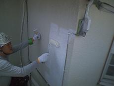 補修の後、下塗りを行います。