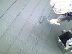 屋根上塗りの様子です。