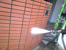 門壁タイル洗浄の様子です。