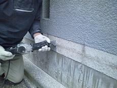 花壇のタイルの高さに合わせてレンガタイルを張るため、高さを調節します。